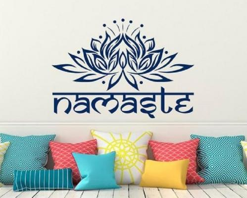Simboli spirituali e scritte sono ideali per personalizzare la stanza yoga