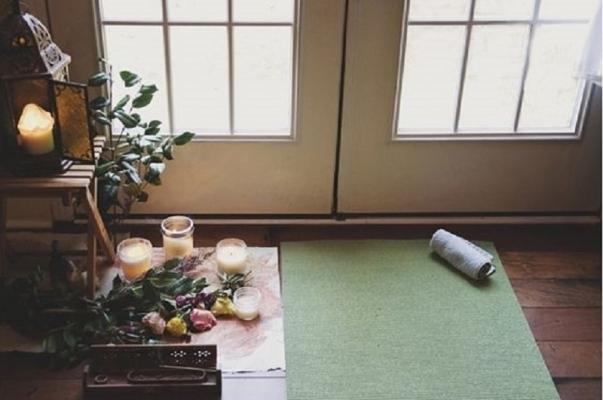 Candele e piante per ricreare un angolo yoga confortevole
