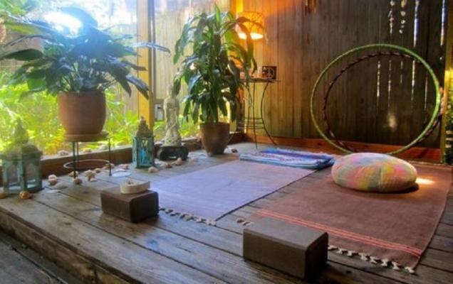 Possiamo sfruttare anche gli spazi esterni della casa per ricreare un angolo yoga