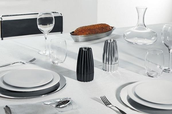 Funzionale, elegante e plissettato è il macinasale, pepe e spezie Grind di Alessi