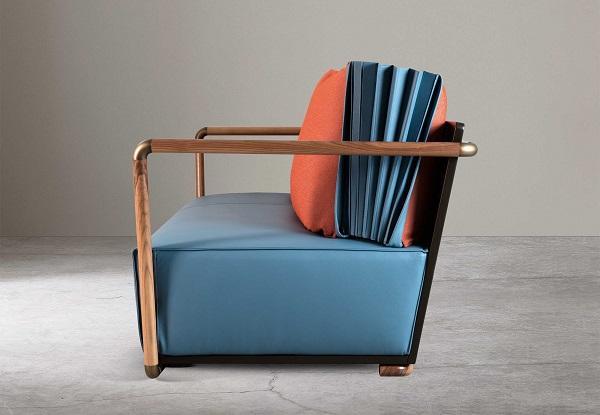 Il divano Blu di Adele C può variare in profondità grazie al cuscino a fisarmonica
