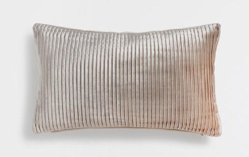 Basta un cuscino plissettato per cambiare il look di una stanza