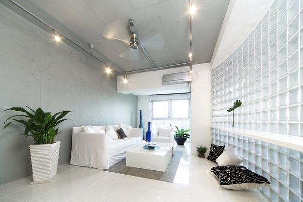 Ambiente con pareti in mattoni di vetro