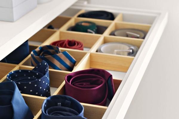 Cassetto per cinture e cravatte in cabina armadio, di Napol Arredamenti