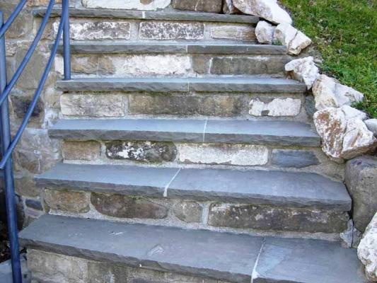 Scala in pietra serena e corrimano metallico, di Bernabini