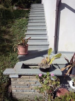 Scalinata esterna in pietra serena con fioriera, di Bernabini