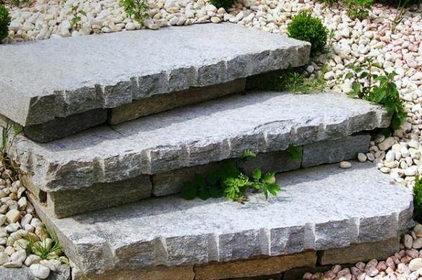 Gradini in pietra con bordi intagliati, realizzazione B.F.P.