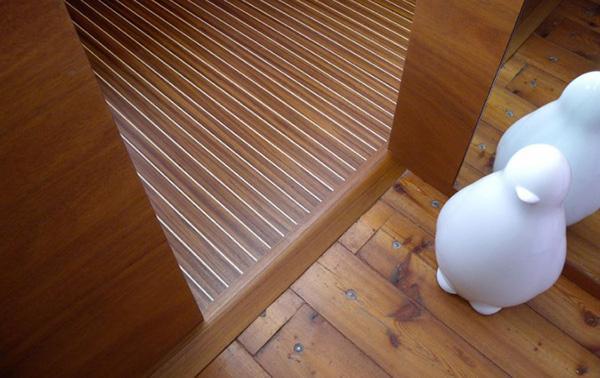 Porta con accostamento di due pavimenti in legno by Paral