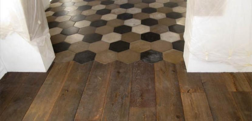 Accostamento di un pavimento in cementine e uno in listoni di legno, by Floor Treatment