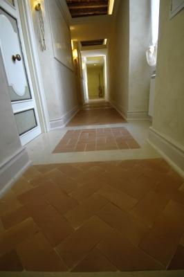 Pavimento misto in cotto e marmo di Trani by Floor Treatment