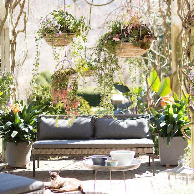 15 idee per arredare un balcone piccolo con orginalit for Portavasi da balcone regolabili