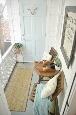 Perché non appendere quadri anche in balcone? Da thekitchn.com