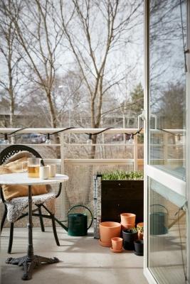 Illuminare il balcone con un filo di luci sulla ringhiera, da bye9design.com