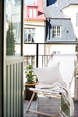 Una sdraio per prendere il sole, anche se il balcone è piccolo,  Da bye9design.com