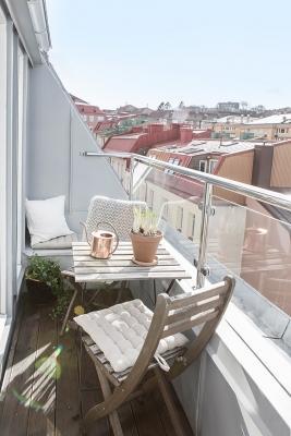 Anche i balconi più piccoli possono trasformarsi in spazi da vivere, da bye9design.com