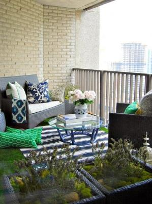 Un balcone come fosse un salottino, da thegreyhome.blogspot.it