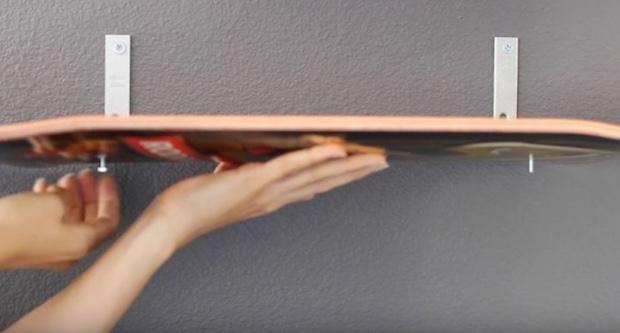 Scarpiera fai da te con gli skate, da hometalk.com