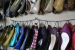 Usare le grucce come scarpiera, da heywandererblog.com