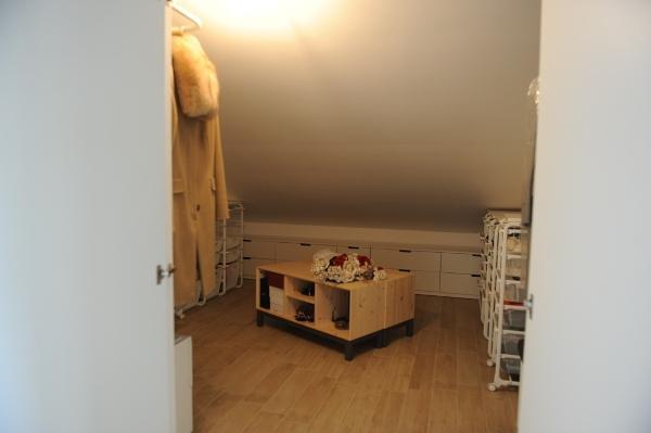 Guardaroba in sottotetto arredato con elementi Ikea