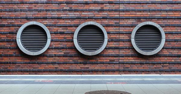 Fori per la ventilazione meccanica sulla facciata di un palazzo