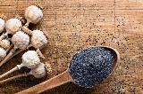 Semi di papavero con cucchiaio