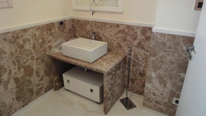 Bagno in marmo Imperador by Ferrari Marmi