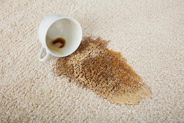 Macchia di caffè su tappeto