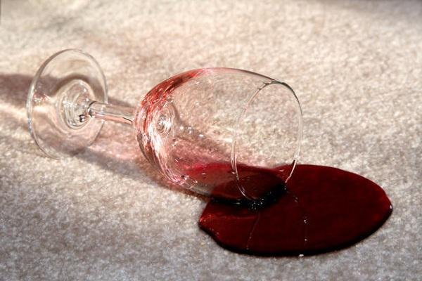 Macchia di vino su tappeto