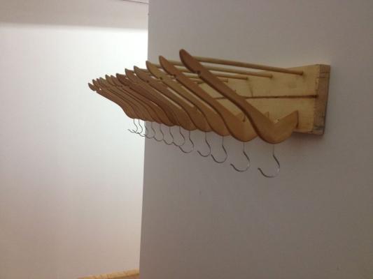 Usare le grucce per realizzare un appendi abiti da ingresso, da instructables.com