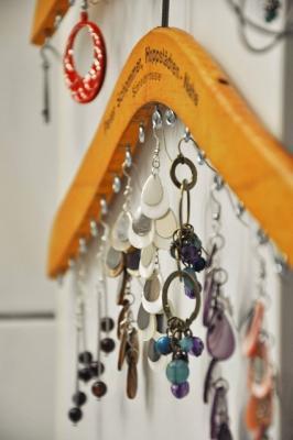 Usare le grucce per appendere i gioielli, da household6diva.com