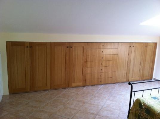 Armadio raso parete in legno di Arredi e Mobili
