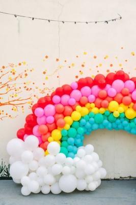 Palloncini a forma di arcobaleno, da studiodiy.com
