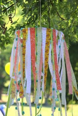 Lampadario con nastrini colorati, da hartsdesire.wordpress.com