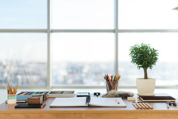 Piccola scrivania sottofinestra