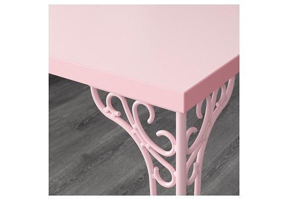 Dettaglio della scrivania Falkhojden di Ikea