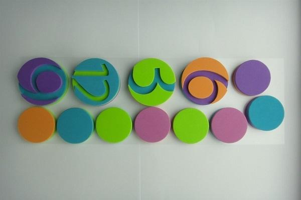 Numeri dell'orologio wall sticker Colourful di Dekoidea
