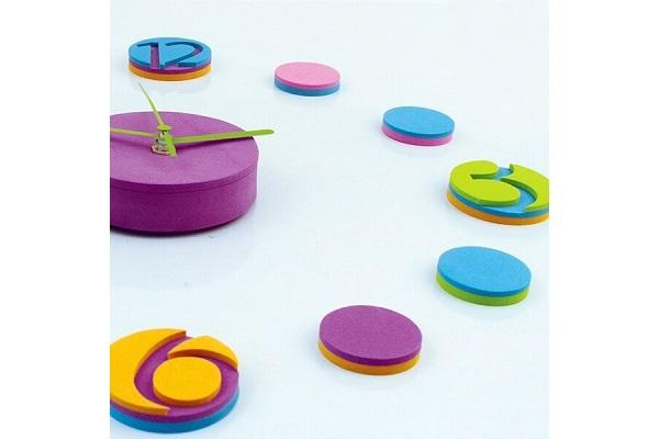 Dettaglio dell'orologio wall sticker Colourful di Dekoidea