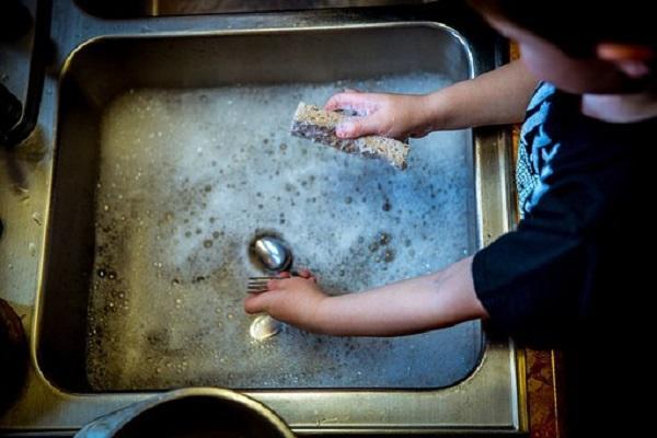 Usare una bacinella o riempire il lavello per pulire le stoviglie a mano