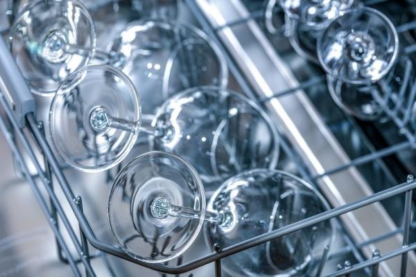 Per un maggiore risparmio idrico, la lavastoviglie va messa in funzione a pieno carico