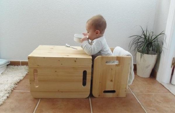 Il bambino dovrebbe mangiare seduto su un tavolino basso, da Montessoriencasa.es