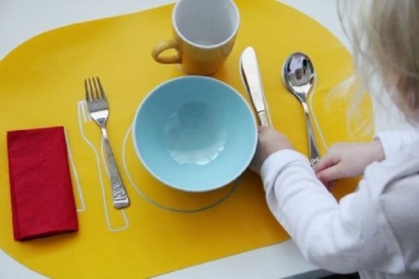 Tovaglietta Montessori per insegnare ai bimbi ad apparecchiare la tavola, da Elternvommars.com
