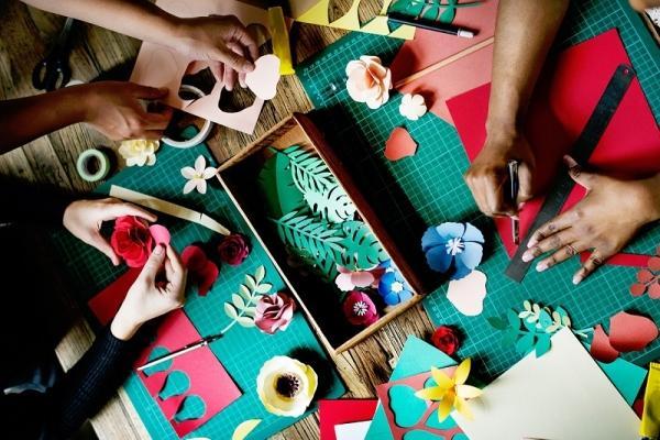 Bastano un po' di pratica e fantasia per realizzare fiori di carta originali
