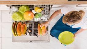 Come usare la lavastoviglie per consumare meno e lavare meglio