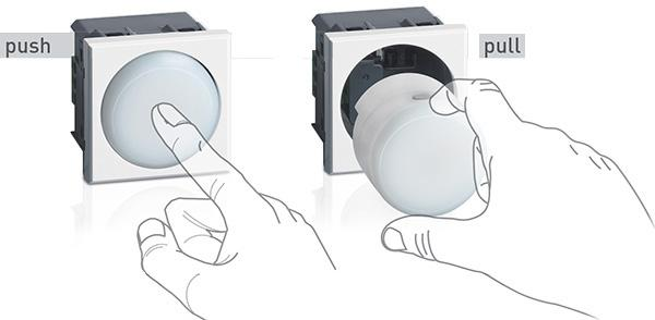 Lampada di emergenza di BTicino con torcia estraibile con meccanismo push-pull