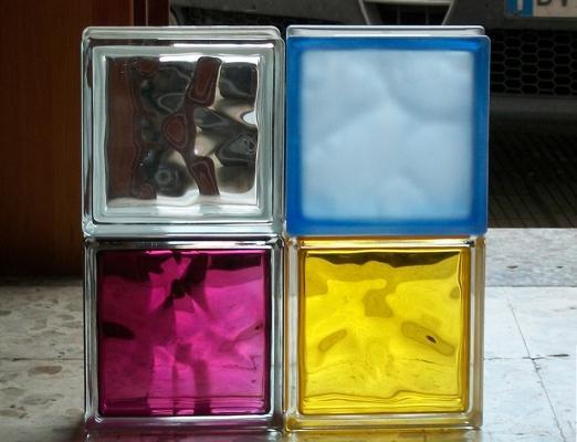 Mattoni di vetro colorati, incolori e satinati di Nuova Cristalvetri
