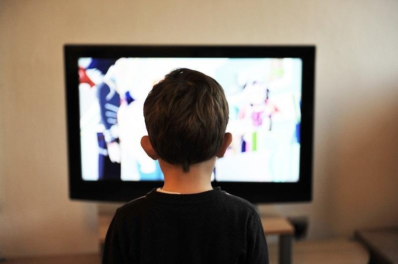 Fare mettere i nostri bambini alla giusta distanza di sicurezza dalla tv