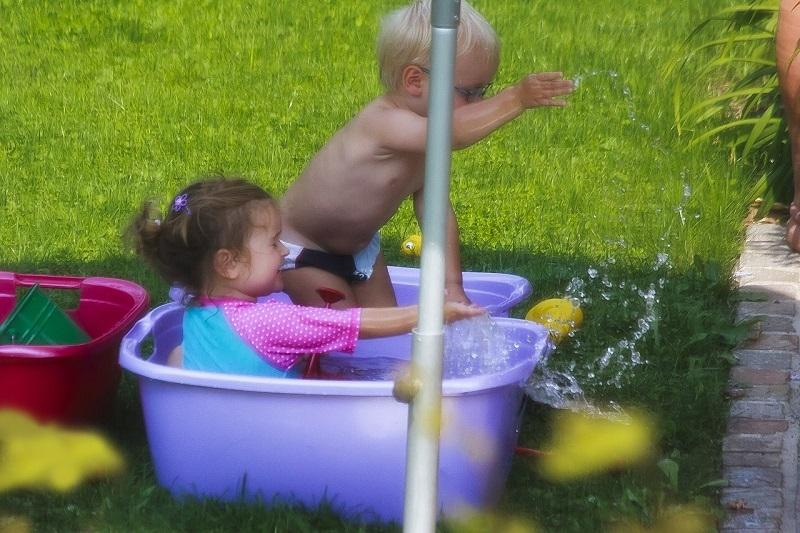 Non lasciare i bambini da soli quando si trovano dentro piscine o vasche