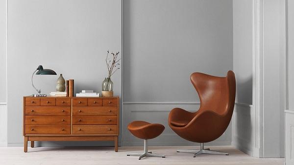 La poltrona da lettura Egg Chair, realizzata da Arne Jacobsen per Fritz Hansen