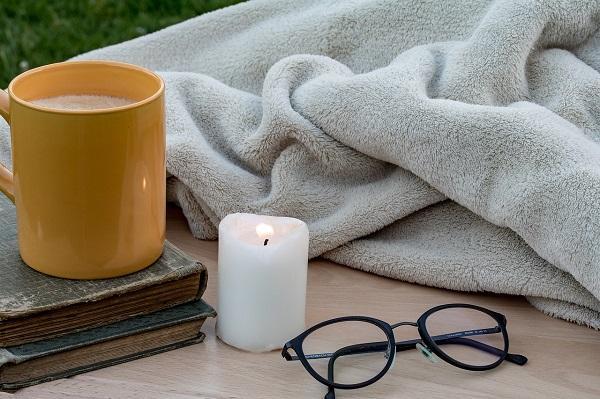 Morbidi cuscini e caldi plaid per un rilassante angolo lettura