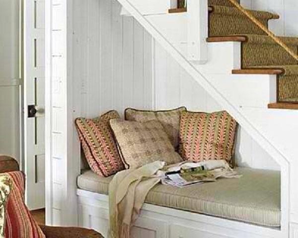 Sfruttare il sottoscala per ricavare un confortevole angolo lettura (foto di lafigurina.com)